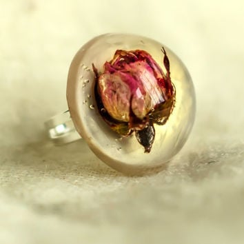 Pink rose resin ring. Romantic ring. Vintage ring. Adjustable ring. Real rosebud in resin. Dried flower ring. Cottage chic style big ring.