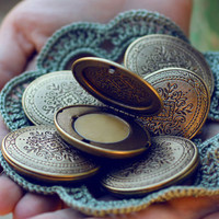 Romantic and Feminine Solid Natural Perfume Locket, a Mini Compact with a Victorian Design - Vital nature fragrance - Travel