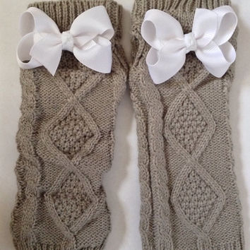 Wonderland Fingerless gloves grey cable knit white by Opus19