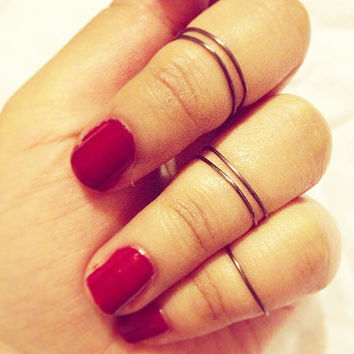 set of 5 knuckle rings, above the knuckle ring, mid-finger ring